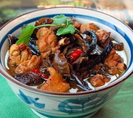 特色农家菜柴鸡炖蘑菇