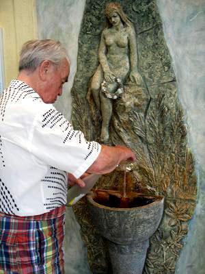捷克太平洋酒店的客人接冷矿水直饮