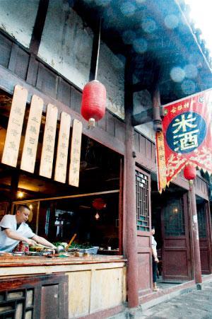 古镇的餐厅把厨房赤裸裸地展现在食客面前,吃山城重庆热闹的夜景什么自便。
