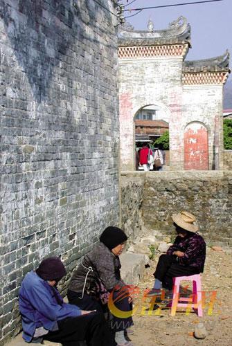 钱岗村村前牌坊见证着该村走过的每一个岁月 颜长江 摄
