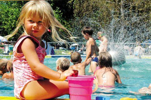 小孩子从小享受温泉滋养