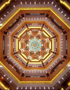 饭店的圆顶用最新照明技术、防腐特殊材料和纯金制造,一到晚上就会自动发光,金光闪闪,永不掉色。据说,这个圆顶还是世界上最大的圆顶建筑。
