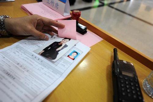 有些应聘者的简历上除了贴着证件照外,还特意加贴一张自己的个人写真照片。
