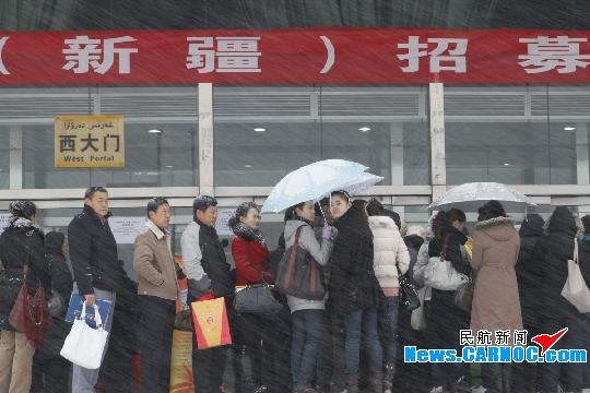 家长和应聘学员冒雪早早排队等候。摄影:任春山