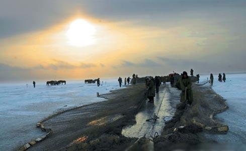 等待被潜入冰面下的巨网。清冷的查干湖里孕育着丰收的喜悦