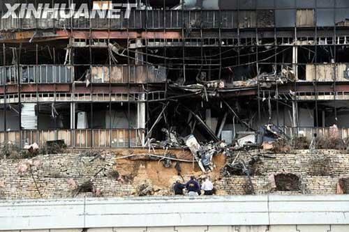 图3:一架小飞机当地时间2010年2月18日中午撞到美国南部得克萨斯州奥斯汀市一座建筑物。这是2月18日拍摄的建筑物遭小飞机撞击后的照片。摄影:记者陈如为/新华社