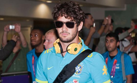 巴西国奥队抵达伦敦 帕托墨镜造型酷劲十足