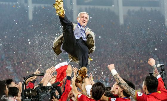 新浪直击-恒大夺冠里皮被高抛至空中 喷香槟庆祝