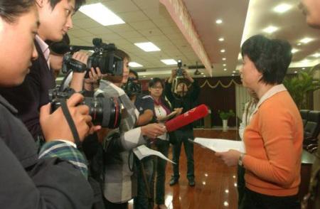 河南省福彩中心副主任李广云接受记者采访