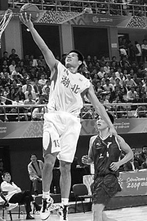 湖北选手宋康明将球投向自家篮筐,图为他在比赛中。