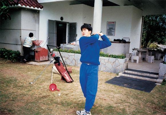 年少的梁文冲在中山温泉球会练习场。