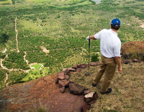 南非球星雷铁夫-古森是这座球场其中一个洞的签名设计师,但是赢得过多项冠军头衔的他站在400多米的发球台上,也不免要犹豫再三。选什么杆,怎么打?这个最基本的问题挡在了古森的面前,一杆打不好,只能望洋兴叹。从发球台到果岭落差达430米,从山顶的垂直地面点到球道前沿的距离是400米,有人专门做过测量,球从山顶上的发球台落到果岭,空中飞行时间足足有20秒。