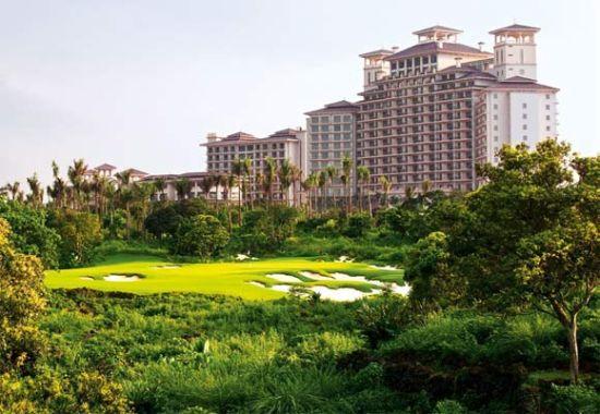 Blackstone第8洞林木掩映,后方是拥有518间客房的豪华酒店。