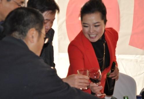 来宾与艺海总经理陶洪颖女士举杯同庆