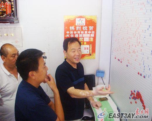 """徐辉正与几位老彩民探讨""""彩经""""。作为""""业内权威人士"""",徐老板的建议大都会受到彩民重视。"""