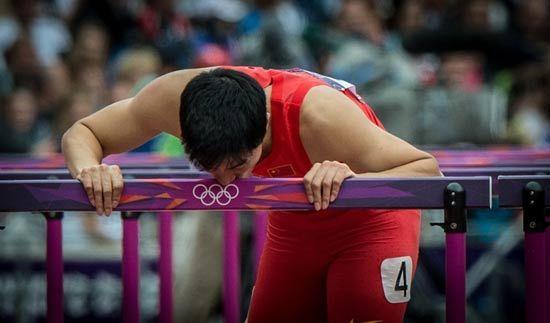 刘翔奥运退赛亲吻栏架