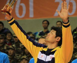 北京队主帅李牧享受捧杯时刻