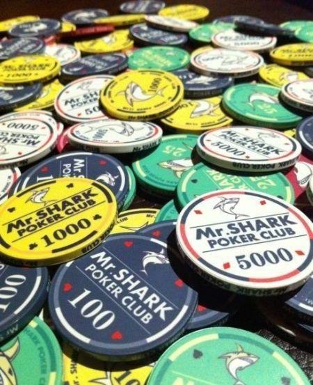 """大量的筹码(图片来自""""鲨鱼先生宁波德州扑克俱乐部""""微博)"""