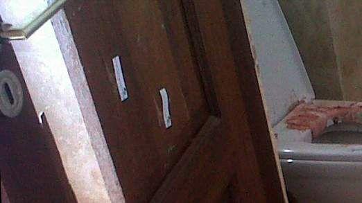 卫生间门板有明显枪眼
