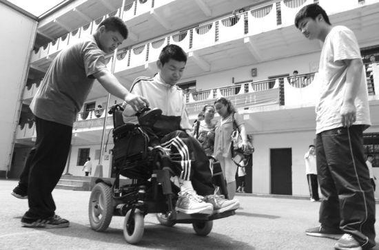6月19日,武汉市16岁的重症肌无力男生小轩坐上了武汉市福彩中心资助电动轮椅。第二天,他坐着新轮椅参加了中考