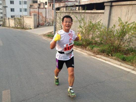 图为杨源今年五月在京参加thenorthface百公里越野跑比赛。供图:阿亮建国