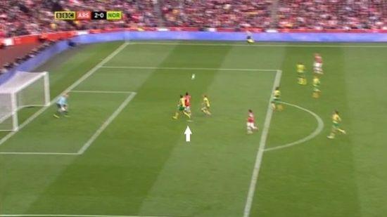 8秒之后,厄齐尔已经超越11名球员中的10人,杀至对手小禁区前头球攻门。