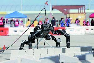 NASA喷射推进实验室的机器人RoboSimian跃过散落砖块。