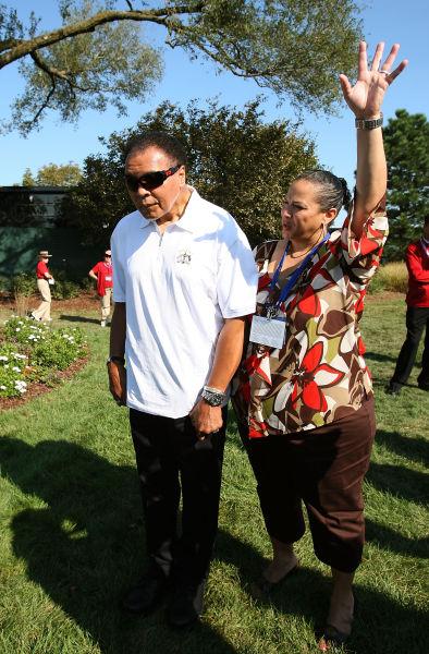 2008年,阿里和夫人观战高尔夫球比赛
