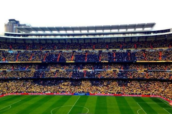 皇马球迷展示C罗的名字
