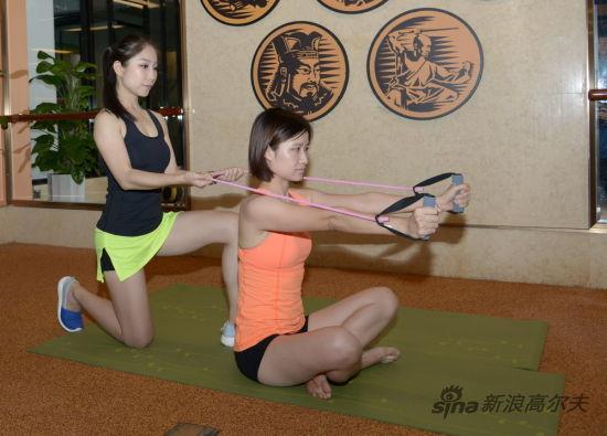 前平举肩前引练习(图2)