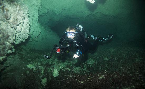 英国摄影师探险水下