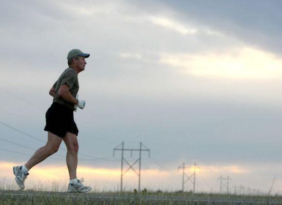 2008年9月21日,66岁的鲍可斯参议员参加蒙大拿马拉松,以4:57:25完赛。