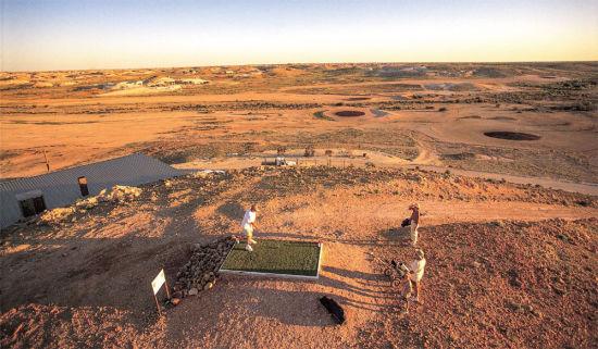 这是世界上唯一一座真正的沙漠球场