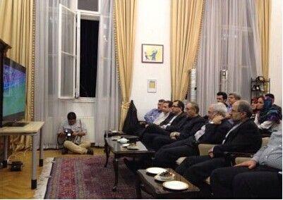 伊朗官员们看球
