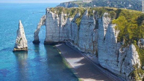 埃特勒塔,法国   天然的拱形石门是埃特勒塔白垩质悬崖上最亮丽的一道风景线,这座美丽的拱门也激发了克劳德・莫奈和其他印象派画的创作灵感。小城埃特勒塔就正对着迷人的宽阔海滩,当然还有令人惊叹的拱形石门。