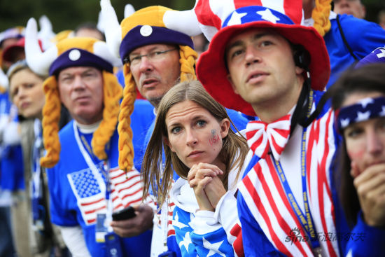"""拉近一点看,女球迷的连上也是""""USA""""美国字样"""