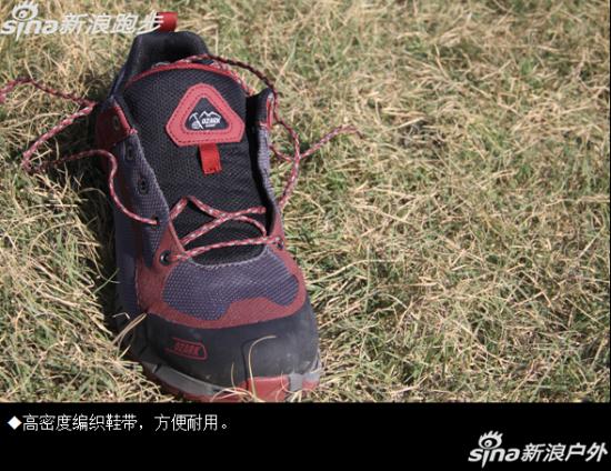 鞋舌鞋身一体化设计,搭配高密度编织鞋带。