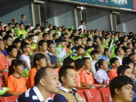 """东芝亲子观赛团――""""小盆友""""与家长一起聚精会神的观看比赛"""