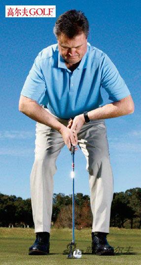 """要想实现""""迪格尔效果"""",预备击球时面对球弓身,双肘部弯曲近90 度角,两侧前臂几乎与地面平行"""