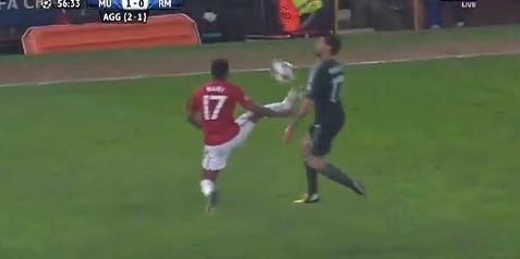 纳尼因为这个动作被直接红牌罚下