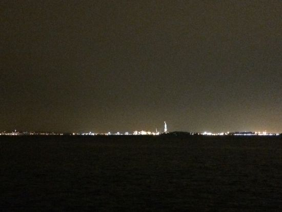夜幕中的自由女神像。