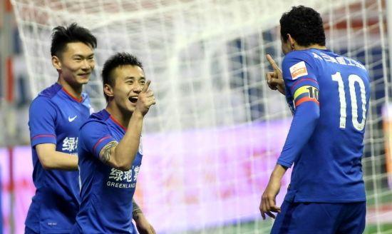 柏佳骏(左)