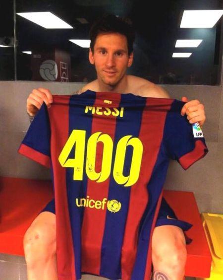 梅西与400球纪念球衣合影