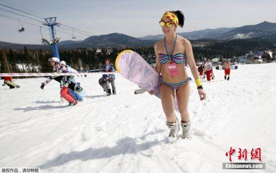 滑雪爱好者身着泳装毫不惧严寒。