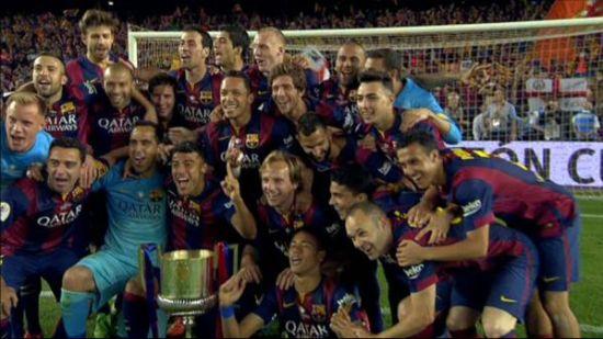 巴萨全队庆祝夺冠