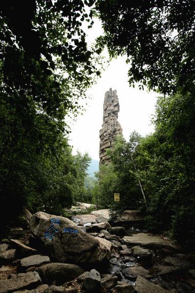 以雾灵山为龙头,兴隆溶洞,九龙潭,六里坪国家森林公园,天子山,青松岭