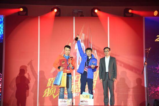 中国纺织商品协会副会长兼秘书长雷民先生登台为十佳跑团第4、5名颁奖。光明乐跑跑团领袖田玉桥(左二)登台领奖。