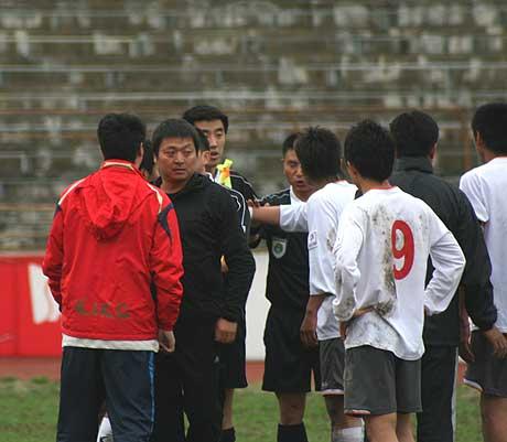 图文-延边队1-0北京宏登主裁判罚让张旭很生气