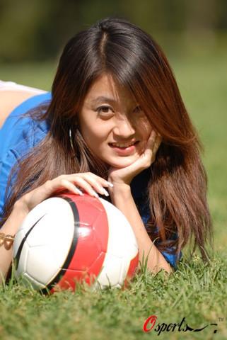 图文-北理工大学生足球宝贝阳光下的美女