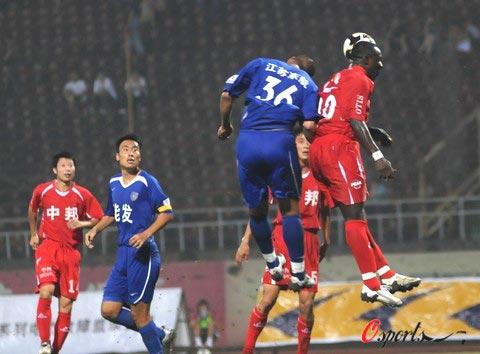 图文-[中甲]南京有有1-0无锡中邦双方拼抢头球
